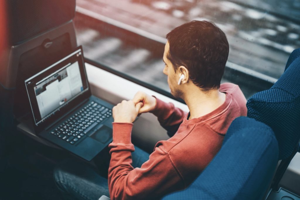 Papernest Ayruu Train Ordinateur voyager sans souci d'Internet